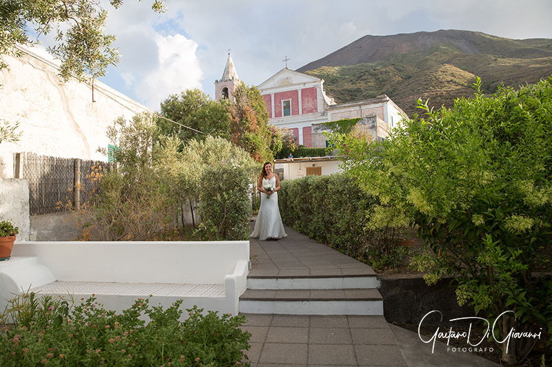 matrimonio a Stromboli: sposa e vulcano