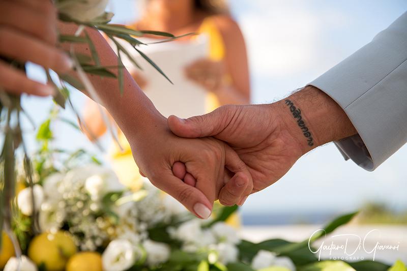 matrimonio a Stromboli: mano nella mano