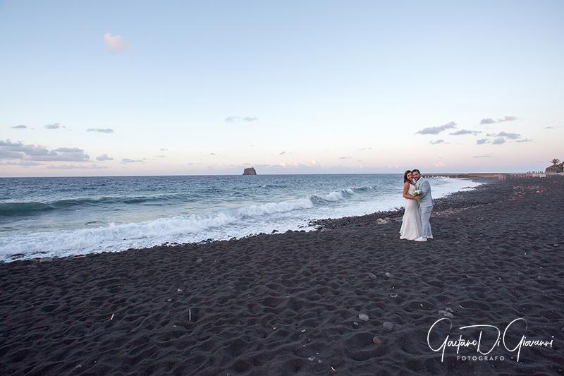 matrimonio a Stromboli: sposi in spiaggia