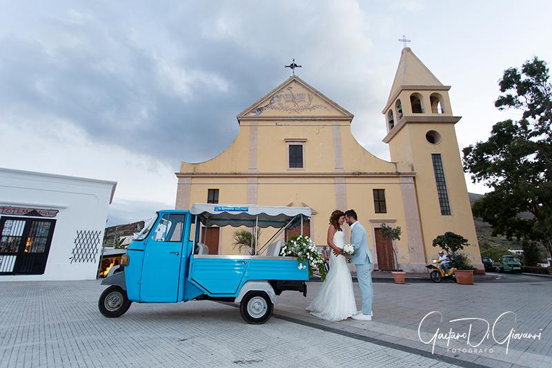 matrimonio a Stromboli: sposi con ape e chiesa