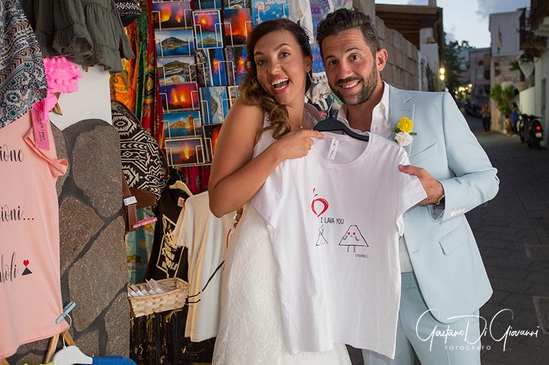 matrimonio a Stromboli: passeggiata sposi nelle vie centro