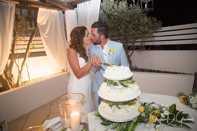 matrimonio a Stromboli: sposi al taglio della torta