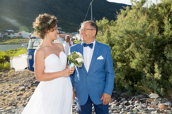Matrimonio a Salina. faro di lingua sposa con papà