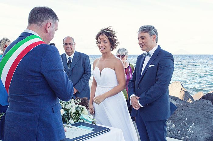 Matrimonio a Salina. faro di lingua cerimonia