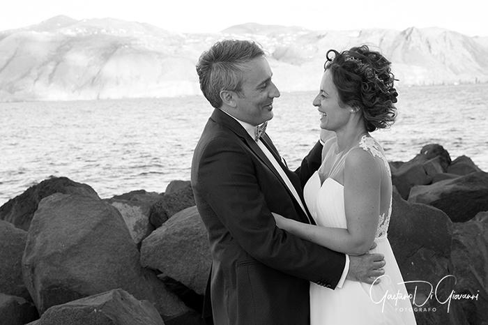 Matrimonio a Salina. lingua, sposi in spiaggia