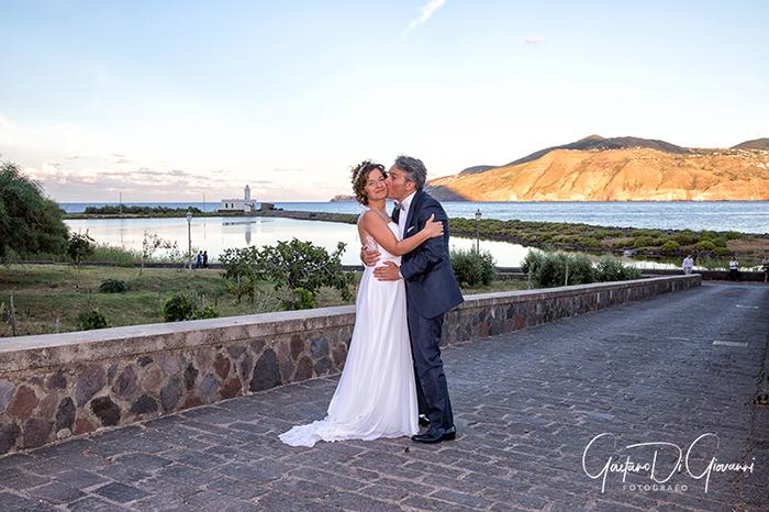 Matrimonio a Salina. lingua, sposi al laghetto di lingua