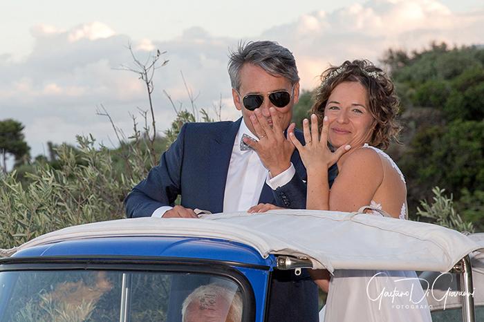 Matrimonio a Salina. sposi su ape calessino