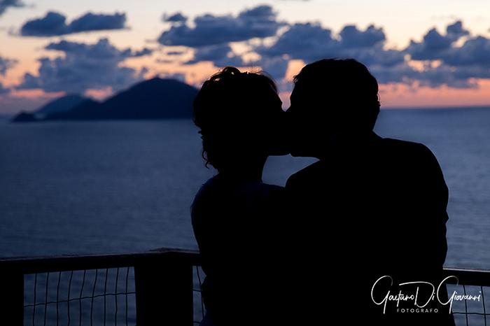 Matrimonio a Salina. sposi a pollara al tramonto