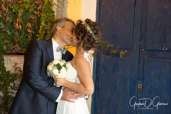 Matrimonio a Salina. sposi si baciano