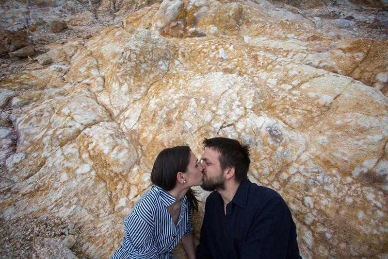 bacio roccia colorata cave di caolino lipari