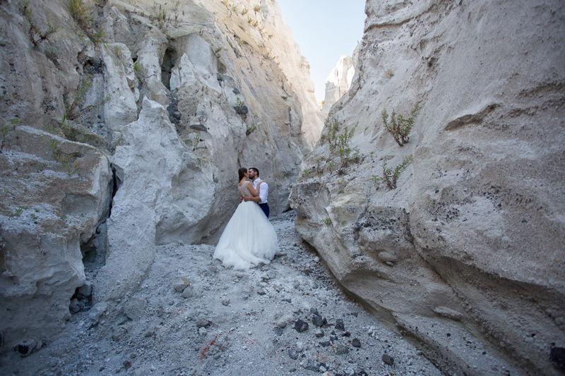 matrimonio lipari sposi si baciano alle cave di pomice