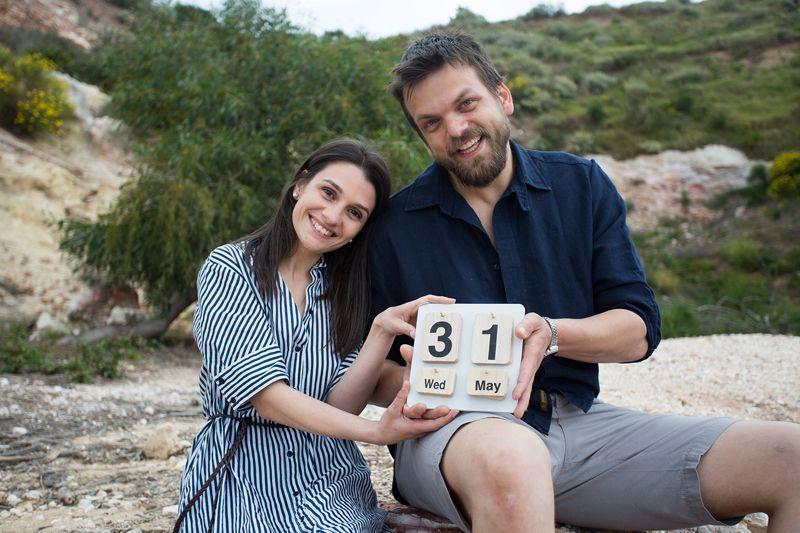 futuri sposi mostrano la data delle loro nozze