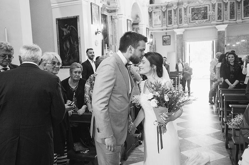 Matrimonio a Lipari: bacio in fronte all'ingresso in chiesa