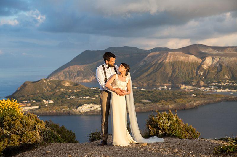 Matrimonio a Lipari: sposi con sfondo vulcano
