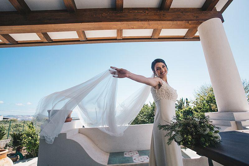 Matrimonio a Lipari: la sposa gioca con velo