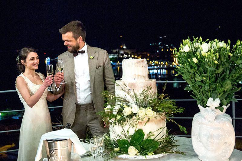 Matrimonio a Lipari: villa enrica, sposi brindano