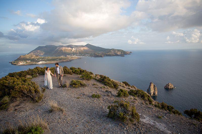 Matrimonio a Lipari: sposi con faraglioni e vulcano