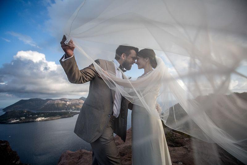 Matrimonio a Lipari: sposi giocano con velo