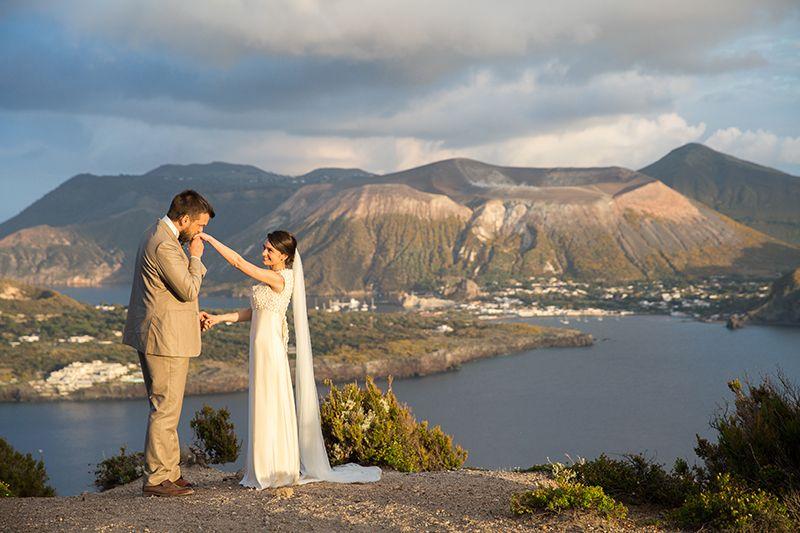 matrimonio a Lipari sposi con isola di vulcano