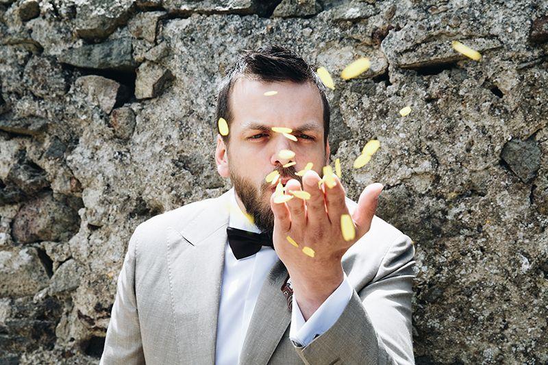 Matrimonio a Lipari: sposo gioca con petali