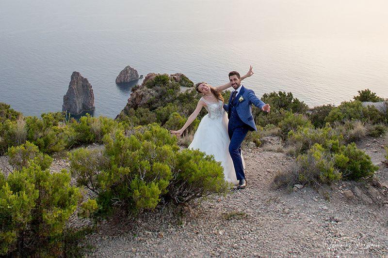 Matrimonio a Lipari: sposi felici e panorama dell'isola