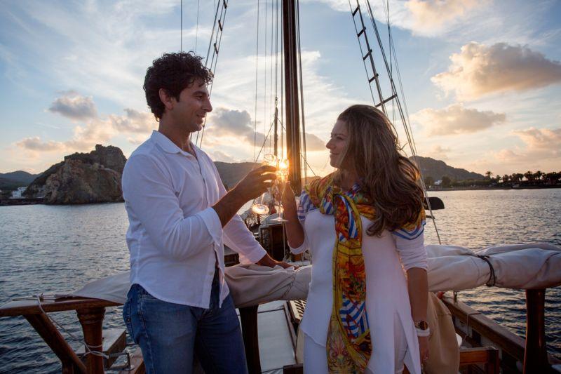 Matrimonio a Lipari futuri sposi in imbarcazione d'epoca brindano