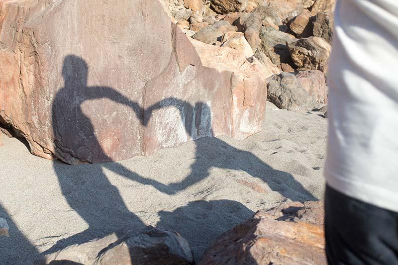 matrimonio a lipari ,sposi in spiaggia con ombra cuore