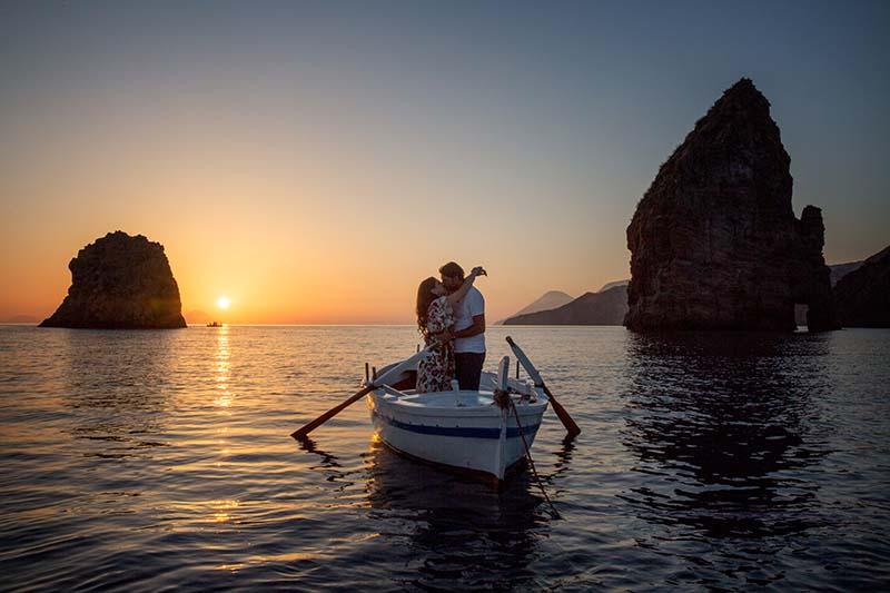 matrimonio a lipari ,sposi in barca al tramonto