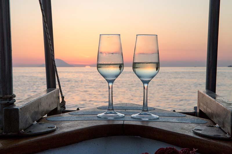 matrimonio a lipari ,bicchieri per brindisi al tramonto