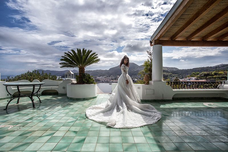 sposa in casa eoliana con centro lipari sullo sfondo