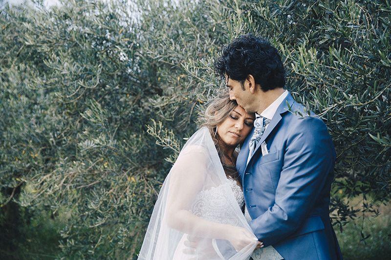 sposi abbracciati olivo