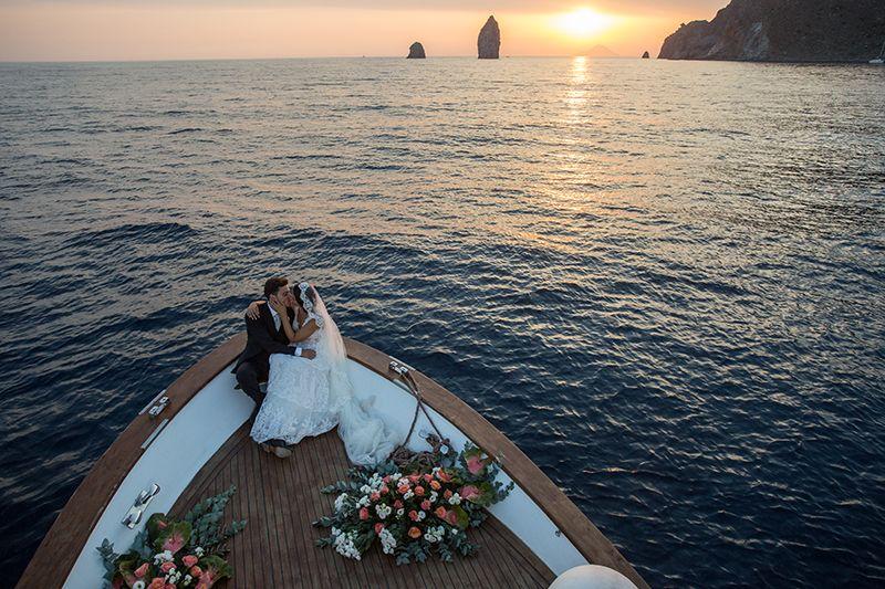 sposi in barca al tramonto ai faraglioni di lipari