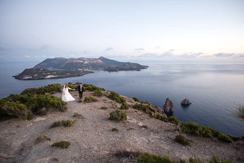 sposi panorama isola di vulcano sullo sfondo