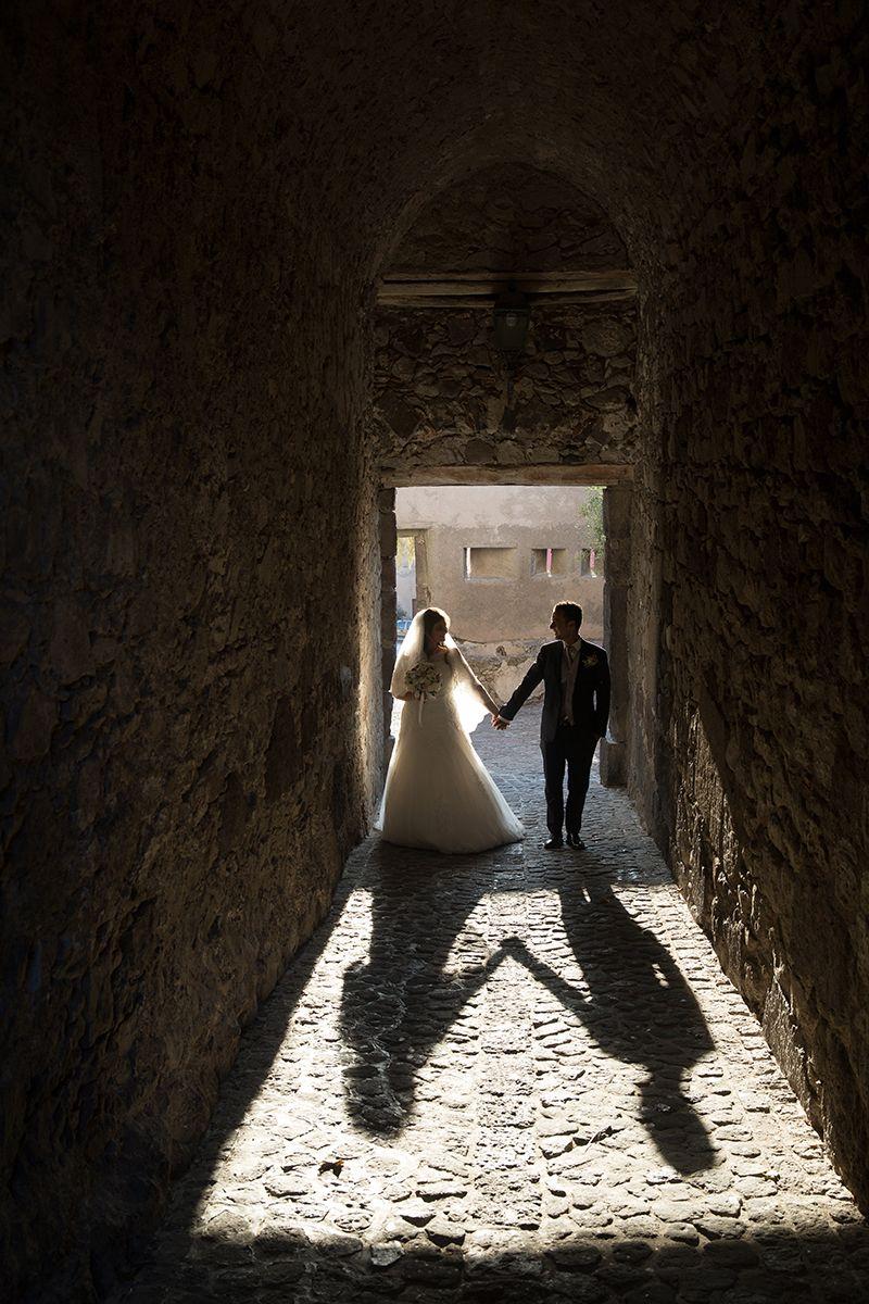sposi ombra mano con mano al castello di lipari