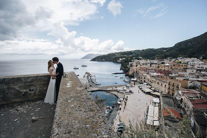 sposi con panorama del castello di lipari