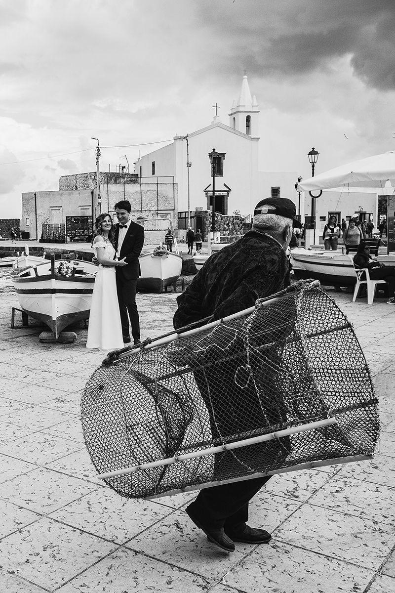 sposi incontrano pescatore con nassa lipari