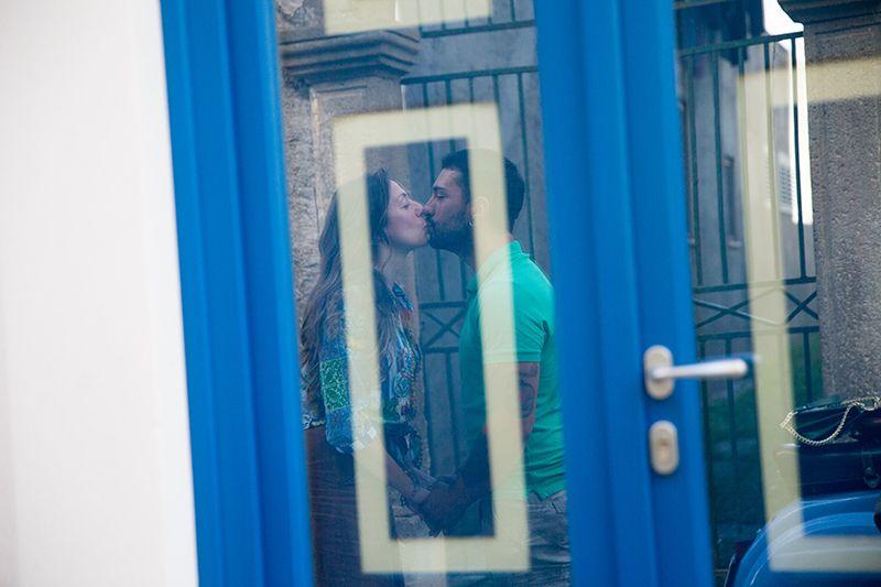 Sposarsi alle Isole Eolie. Servizio fotografico prematrimoniale nei vicoli del centro storico di lipari
