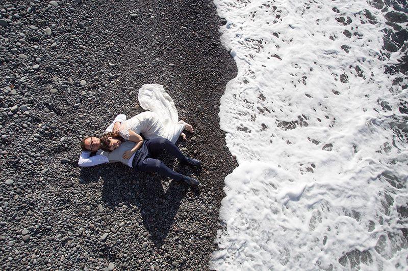 Fotografo di matrimonio alle Isole Eolie : sposi sdraiati in spiaggia