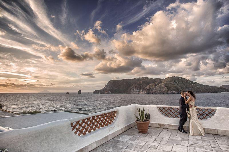 sposi matrimonio isola di vulcano tramonto