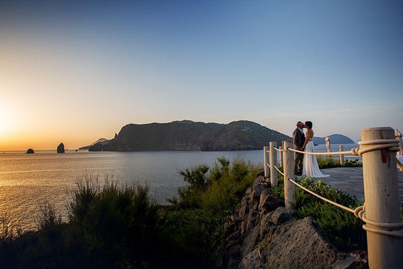 sposi tramonto vulcano hotel therasia