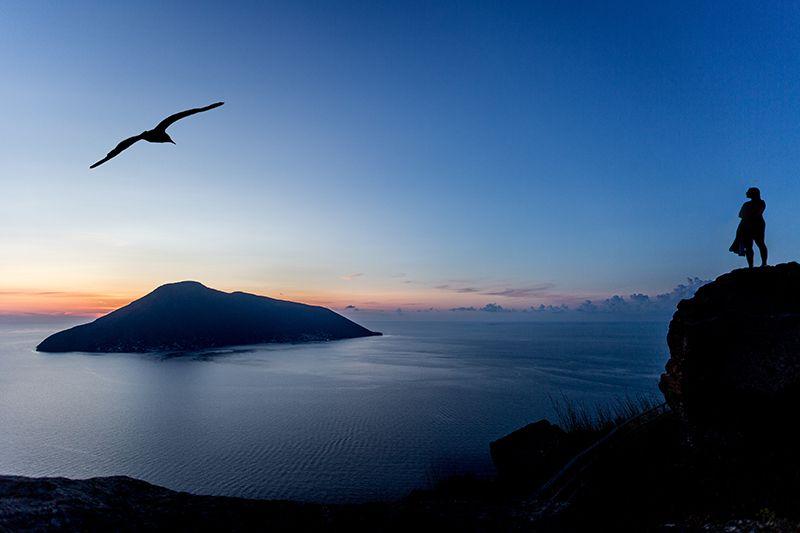 tramonto con isola di salina