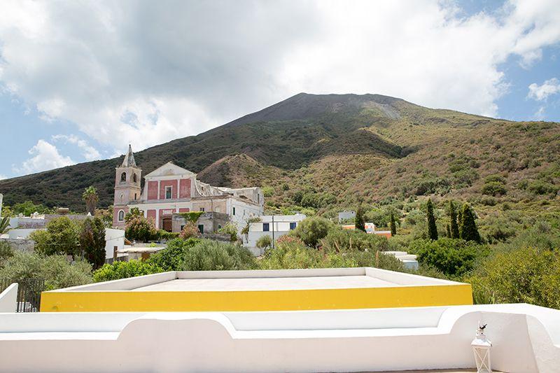 stromboli, panorama vulcano iddu con chiesa