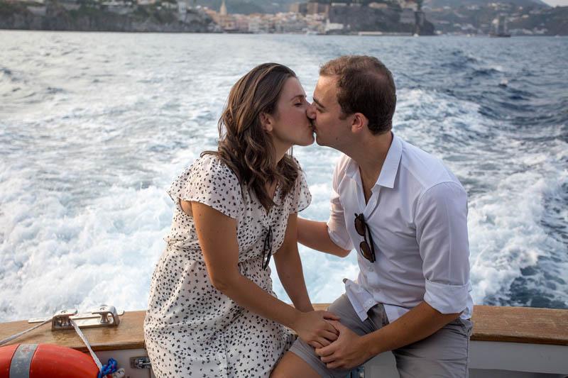 futuri sposi prima del matrimonio a lipari si baciano
