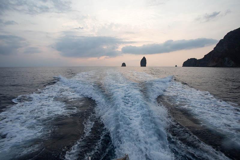 tramonto ai faraglioni in barca